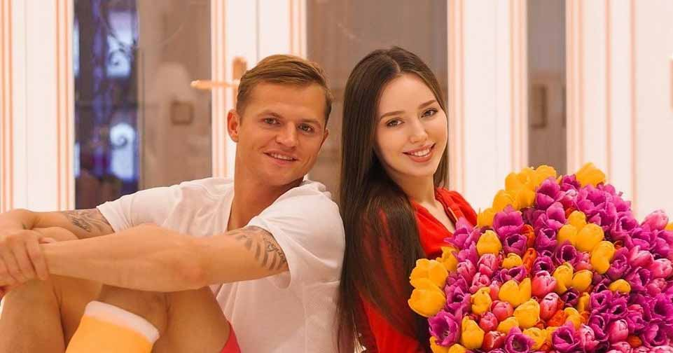 Анастасия Костенко и Дмитрий Тарасов больше не скрывают лицо младшей дочери