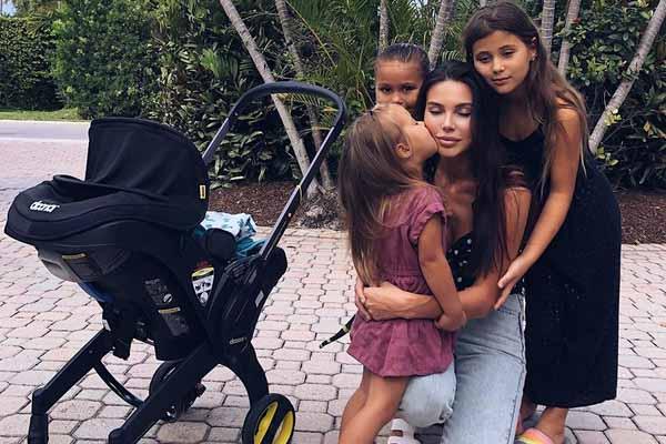Оксана Самойлова помогает детям держаться