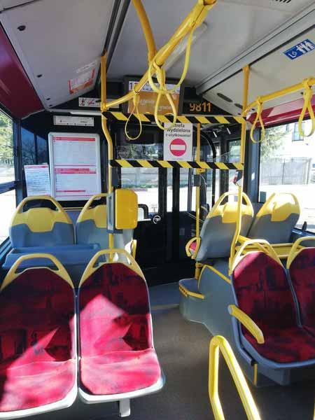 Общественный транспорт пуст, но продолжает работать по расписанию