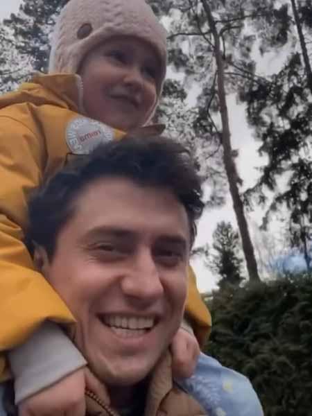 Актер проводил время с детьми