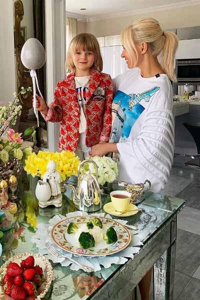 Яна Рудковская приготовила угощение с наследником