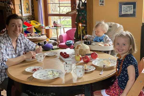 Семья празднует Пасху вместе