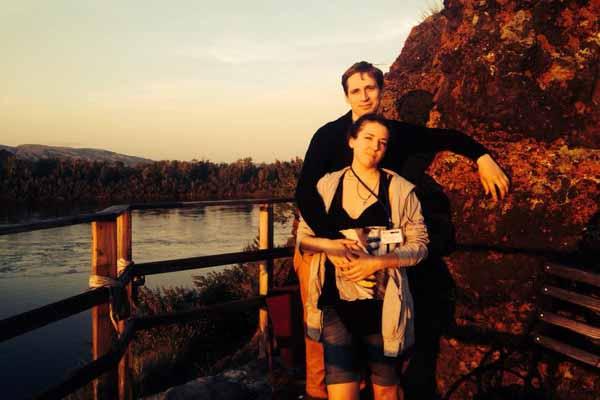 О смерти Щеголева сообщила его дочь (она и ее муж на фото)