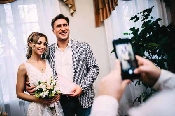 Отношения Дениса с бывшей женой тоже не сложились.  По словам Анны, он не раз поднимал на нее руку в браке.