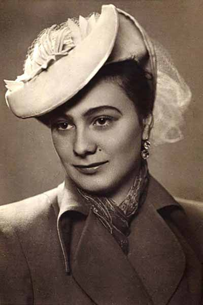 Первой любовью артиста стала Галина Брежневаа.