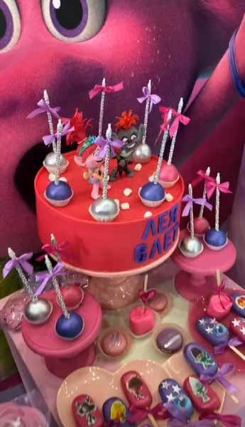 Именинный торт и сладости тоже были в тролльском стиле.