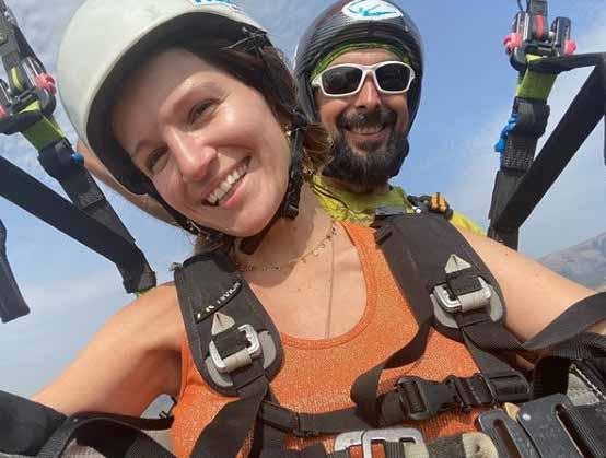 Женя с инструктором во время полета на параплане