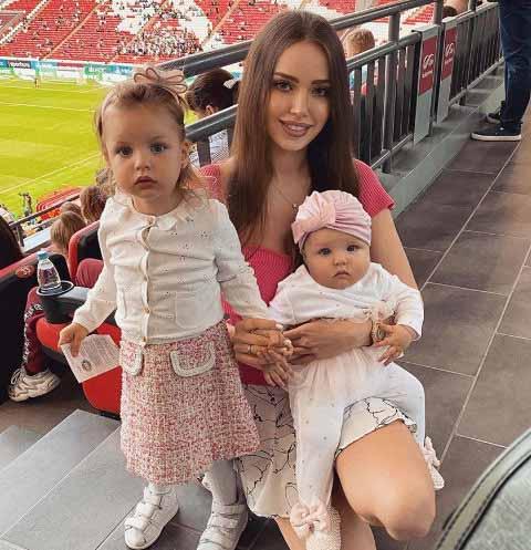 Анастасия Костенко с дочерьми Миланой и Евой