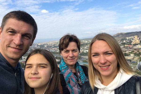 Дмитрий с дочерью Таней, мамой и второй женой Натальей