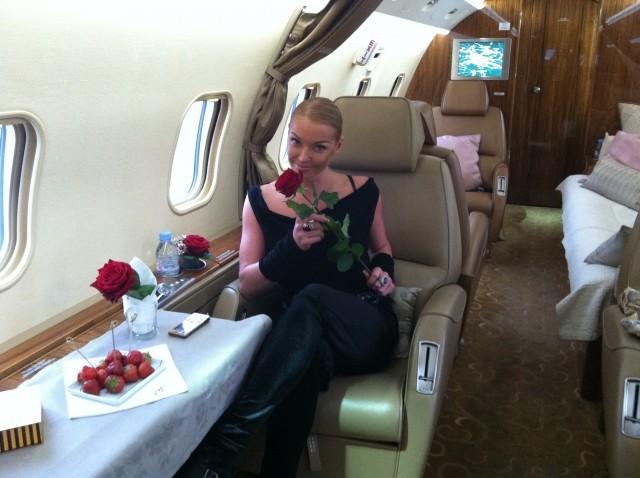 Анастасия часто летает на частных самолетах