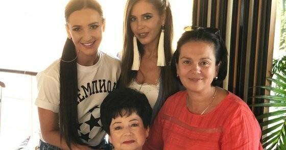 Ольга Бузова призвала поклонников молиться за онкобольную бабушку