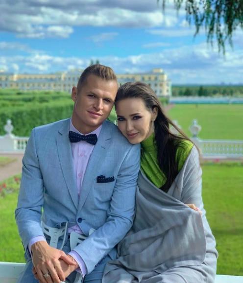 От хейтеров достается не только Тарасову, но и его супруге Анастасии Костенко.