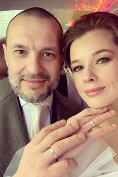 Пара выбрала кольца из белого золота