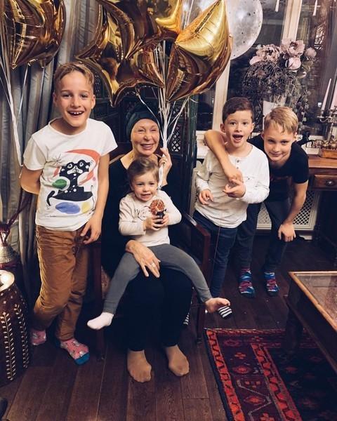 Актриса постоянно общается с детьми и внуками.