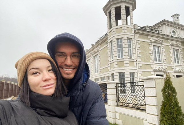 Блогер обзавелся замком с бывшей возлюбленной