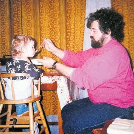 Отец артиста с внучкой