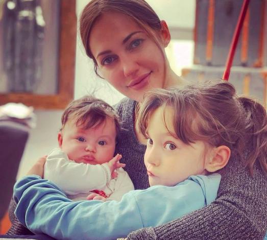 Актриса воспитывает двух дочерей.