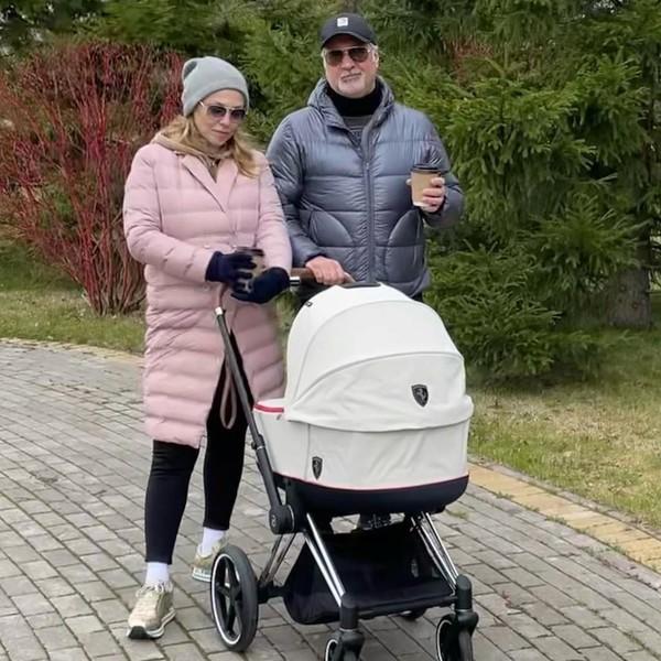 Валерий и Альбина гуляют вместе с ребенком
