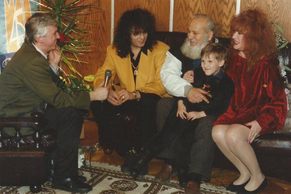 Михаил Садчиков берет интервью у Филиппа Киркорова и Аллы Пугачевой.  А на руках у Бедроса Киркорова сидит сын журналиста Михаил-младший.