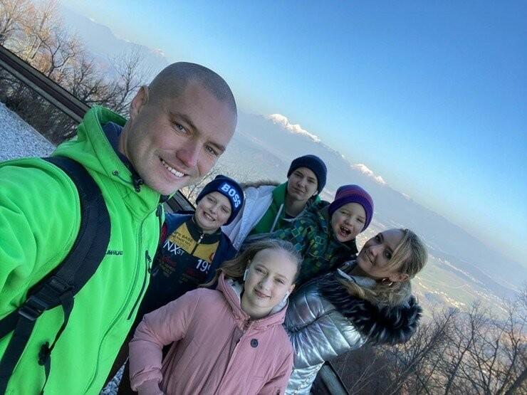 В прошлом году Роман оставил жену с четырьмя детьми в Словении.