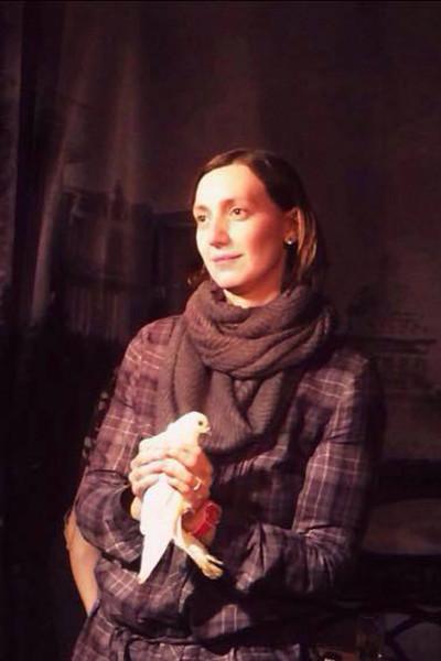 Актриса продолжает работать в театре.