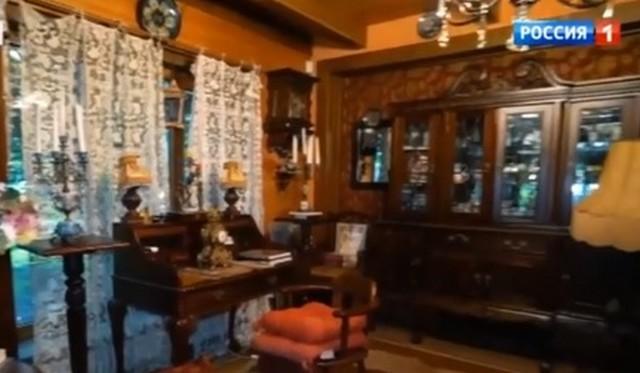 Антикварная мебель на первом этаже