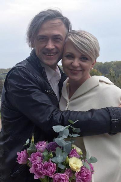 Сейчас Пашинина поддерживает жена, былые успехи в кино, пока актер не может повторить.