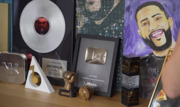 В кабинете певца хранятся его награды и портреты.