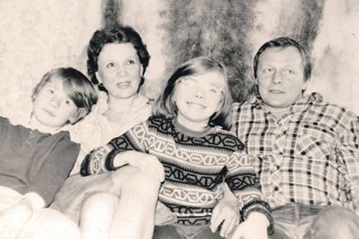 До повторного брака матери Владислав носил фамилию Сухачев.